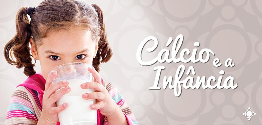 criança tomando leite, uma grande fonte de cálcio na infância