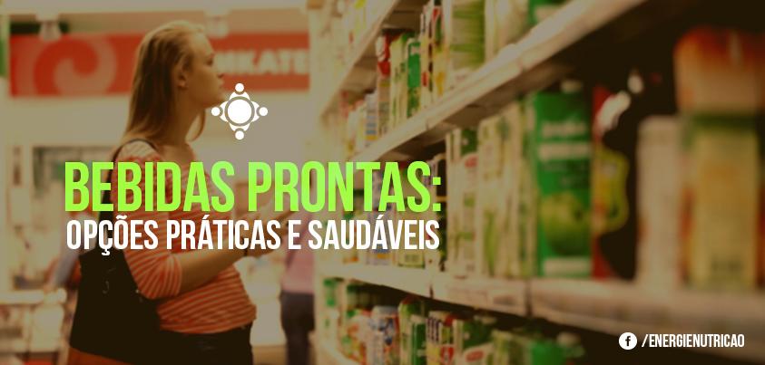 mulher procurando bebidas prontas saudáveis no supermercado