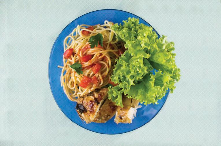 Jantar engorda? - Salada de folhas, macarrão e galeto