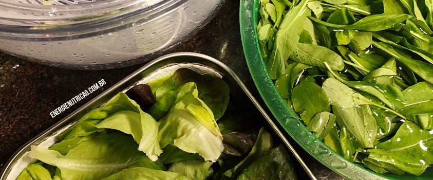 5 passos para levar salada na marmita de maneira descomplicada - 2º passo: lavagem e higienização